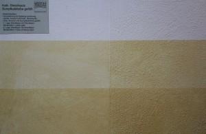 Links im Bild: Sumpfkalkfarbe. Rechts im Bild: Kalkstreichputz. Oben ganz natürlich, unten zweimal lasiert.